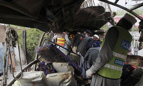 Vụ đánh bom tự sát ngày 10/8khiến chiếc xe bus chở 18 công nhân khai thác mỏ Trung Quốc làm việc ở Pakistan vỡ kính. Ảnh: Reuters.