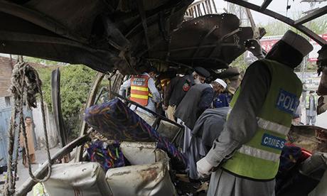 Vụ đánh bom tự sát ngày 10/8 khiến chiếc xe bus chở 18 công nhân khai thác mỏ Trung Quốc làm việc ở Pakistan vỡ kính. Ảnh: Reuters.