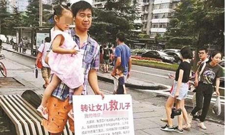 Người cha cầm tấm biển bán con gái để cứu con trai đứng trên phố ở Trung Quốc. Ảnh: Shanghaiist.