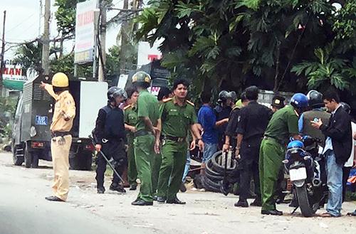 Hàng trăm cảnh sát chốt chặn trên Quốc lộ 1 và các tuyến đường lân cận để đưa các học viên trở lại trại cai nghiện. Ảnh: Cửu Long.