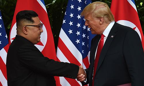 Lãnh đạo Triều Tiên Kim Jong-un (trái) và Tổng thống Mỹ Donald Trump bắt tay tại hội nghị thượng đỉnh Mỹ - Triều Tiên ngày 12/6 tại đảo Sentosa, Singapore. Ảnh: Reuters.