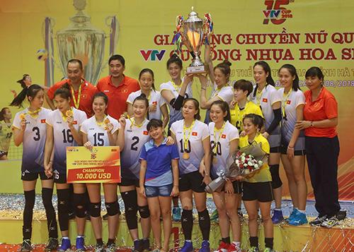 Đội tuyển bóng chuyền nữ Việt Nam nhận cúp vô địch. Ảnh: Đức Hùng