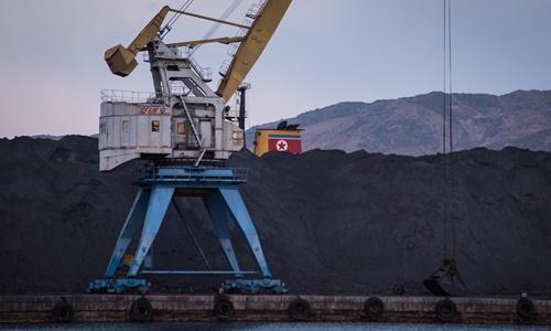 Các lô than tại một cảng của Triều Tiên hồi năm ngoái. Ảnh: AFP.
