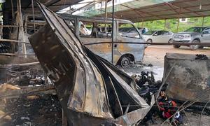 Lửa thiêu 3 ôtô trong bãi giữ xe ở Sài Gòn