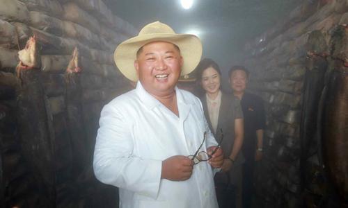 Lãnh đạo Triều Tiên Kim Jong-un và vợ Ri Sol-ju thăm một nhà máy ở huyện Samchon, tỉnh Hwanghae hôm 6/8. Ảnh: KCNA.