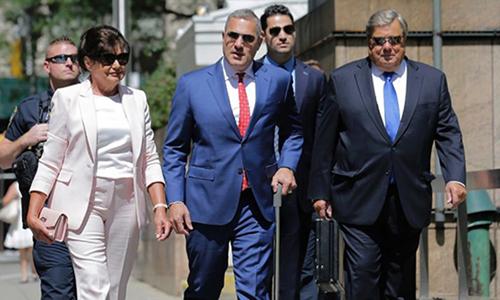 Luật sư Michael Wildes (giữa, cà vạt đỏ) cùng Viktor Knavs (ngoài cùng bên phải) và vợ Amalija Knavs tới buổi lễ nhập quốc tịch ở thành phố New York hôm 9/8. Ảnh: AP.