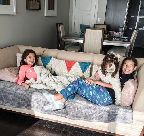 Hai đứa trẻ thích thú khi ở trong nhà đẹp và chơi cùng thú cưng. Ảnh: Chiang Gang