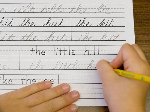 Một học sinh Mỹ luyện viết năm 2009. Ảnh: AP