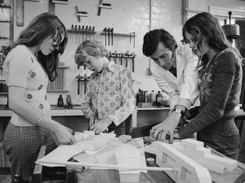 Học sinh trong lớp gia công đồ gỗ năm 1974. Ảnh: Getty Images
