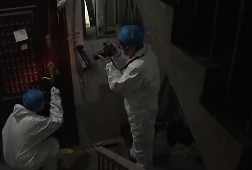 Cảnh sát kiểm tra khóa cửa nhà Bành Mai.