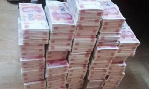 Số tiền giả thu được trong nhà của Wang. Ảnh: SCMP.