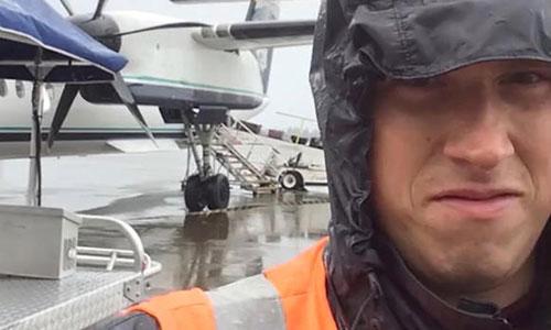 Russell chụp ảnh cùng một chiếc máy bay tại bãi đỗ sân bay Seattle-Tacoma. Ảnh: CBS.