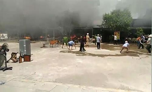 Lửa bao trùm nhiều ki ốt ở chợ huyện Nga Sơn. Ảnh: Lam Sơn.