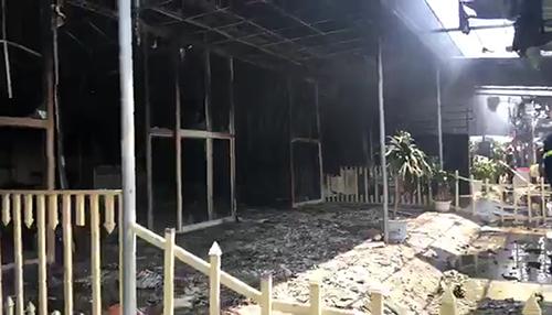 Sau khoảng 30 phút, ngọn lửa thiêu rụi 5 ki ốt và nhiều tài sản. Ảnh: Lam Sơn.