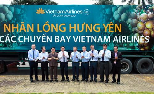 Phó Thủ tướng Vương Đình Huệ thăm và chụp ảnh lưu niệm cùng chuyến xe đầu tiên chở nhãn lồng Hưng Yên để cấp lên máy bay của Vietnam Airlines.