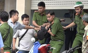 Nam thanh niên dùng dao cướp trong ngân hàng ở Sài Gòn
