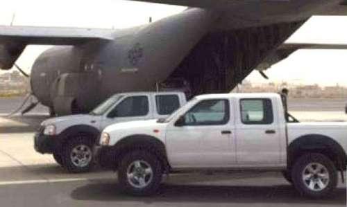 Xe bán tải và một trong ba chiếc C-130J trong cuộc giải cứu. Ảnh: Drive.