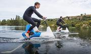 Xe đạp một chỗ ngồi có thể lướt trên mặt nước