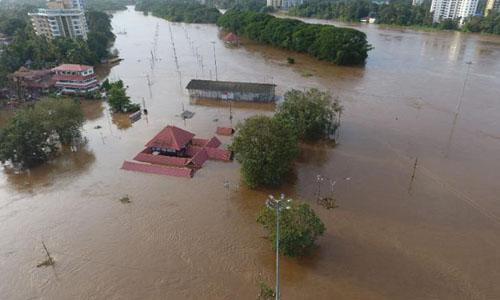 Đền Shiva ở huyện Kochi,bang Keralabị ngập phần một phần trong nước lũ hôm 9/8. Ảnh: AFP.