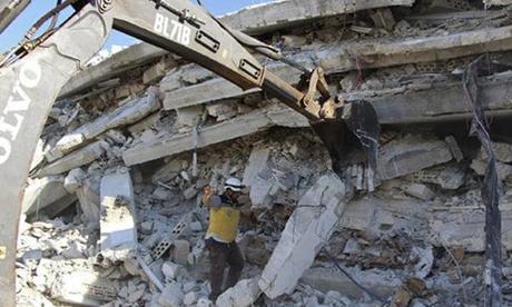 Thành viên nhóm Mũ Trắng làm việc tại hiện trường vụ nổ ở tỉnh Idlib, Syria hôm 12/8. Ảnh: AP.
