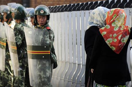 Cảnh sát chống bạo động Trung Quốc tại thủ phủUrumqi của Tân Cương năm 2009. Ảnh: AFP.