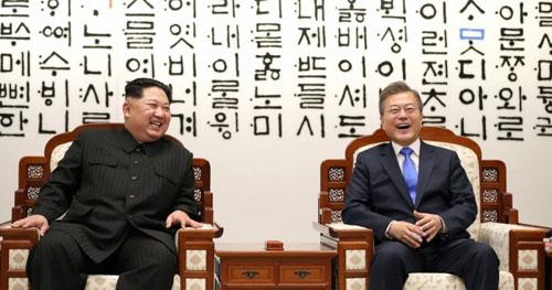 Lãnh đạo Triều Tiên Kim Jong-un (trái) và Tổng thống Hàn Quốc Moon Jae-in tại hội nghị thượng đỉnh đầu tiên hồi tháng 4. Ảnh: AFP.