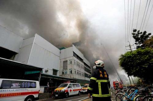 Lính cứu hỏa tại hiện trường vụ cháy bệnh viện sáng nay ở thành phố Tân Bắc, Đài Loan. Ảnh: CNA.