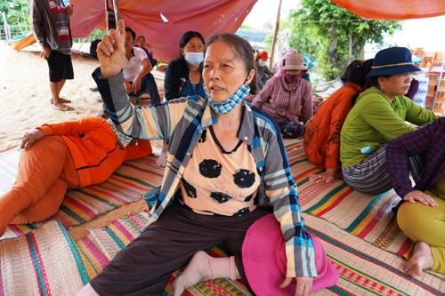 Khoảng 20 phụ nữ tụ tập canh giữ ở khu vực gần nhà máy ngày 13/8. Ảnh: Phạm Linh.