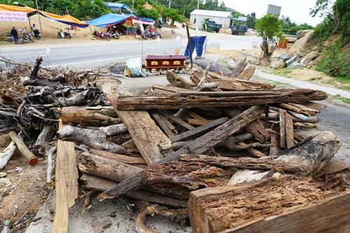 Người dân vật cản, quan tài để cản xevào nhà máy xử lý rác. Ảnh: Phạm Linh.