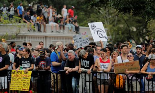 Những người chống phân biệt chủng tộc hôm 12/8 tập trung gần khu vực biểu tình của nhóm da trắng cực hữu ở Washington nhằm kỷ niệm một năm sự cố tại Charlottesville, Virginia. Ảnh: Reuters.