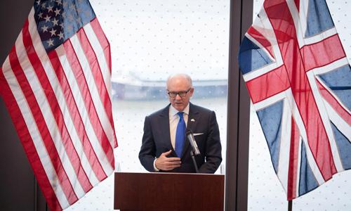 Đại sứ Mỹ tại Anh Woody Johnson phát biểu trong cuộc họp báo tại London vào tháng 12/2017. Ảnh: Reuters.