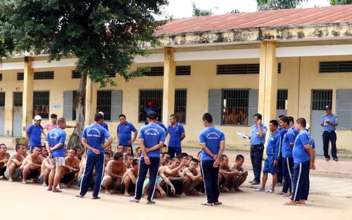 Các học viên bị đưa trở lại trung tâm sau một ngày trốn trại. Ảnh: Hoàng Nam.