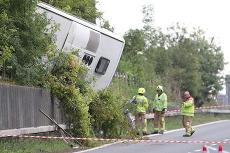 Cận cảnh chiếc xe khách bị lật trên đường cao tốc M25, hạt Kent, Anh. Ảnh: PA