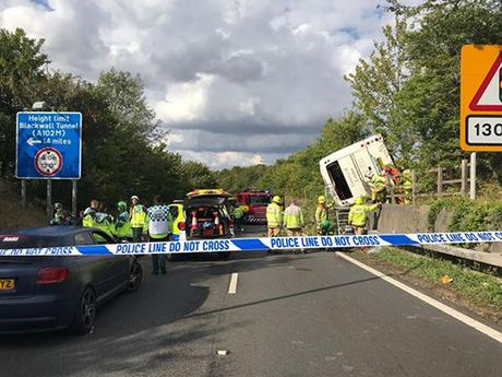 Cảnh sát, lính cứu hỏa và nhân viên cứu thương tại hiện trường vụ tai nạn trên đường cao tốc M25, hạt Kent, Anh chiều 13/8. Ảnh: Mirror