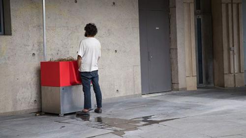Một bốt tiểu tiện được lắp đặt trên đường phố Paris. Ảnh: AFP