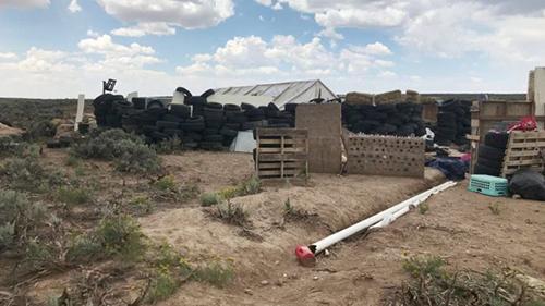 Khu nhà tạm bợ giữa một sa mạc ở bang New Mexico, nơi tìm thấy 11 đứa trẻ bị bỏ đói và thi thể bé trai mất tích. Ảnh: Reuters