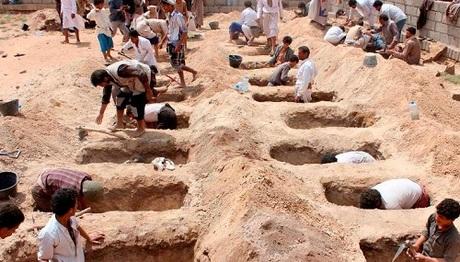 Huyệt mộ của các học sinh Yemen trúng không kích. Ảnh: AFP.
