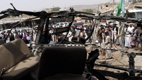 Xe buýt cháy trơ khung sau khi trúng tên lửa. Ảnh: AFP.
