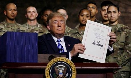 Tổng thống Trump ký thông qua NDAA 2019 hôm 13/8. Ảnh: Reuters.