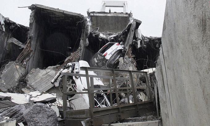 Khung cảnh 'như tận thế' sau vụ sập cầu cao tốc ở Italy