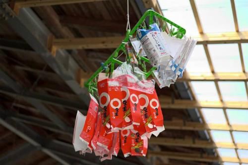 Vỏ hộp sữa được làm sạch rồi phơi khô tại nhà máy tái chế ở Kamikatsu. Ảnh: ABC.