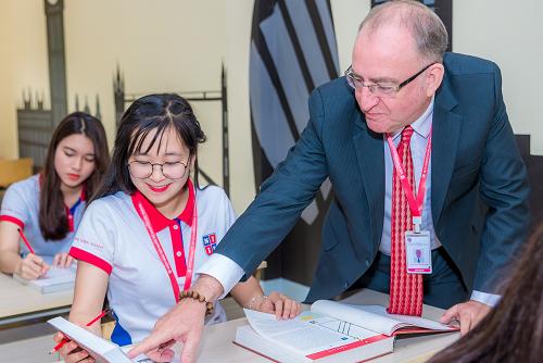 Sinh viên học tập trong môi trường quốc tế với giảng viên nước ngoài. Ảnh: NIIE