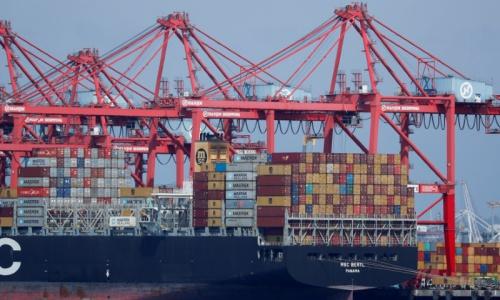 Hàng của Trung Quốc tại cảng ở bang California, Mỹ hôm 16/7. Ảnh: Reuters.