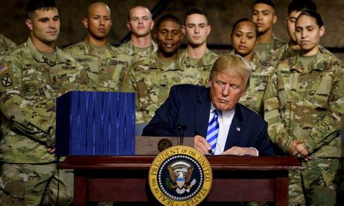 Tổng thống Trump ký thông qua NDAA 2019 hôm 13/8. Ảnh: AFP.