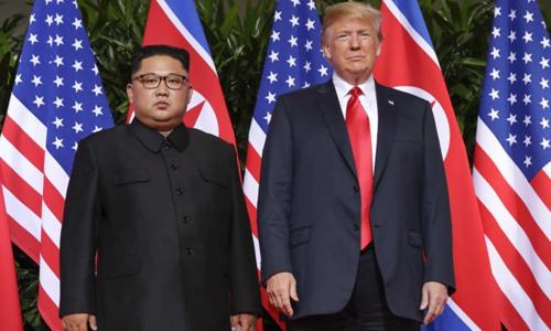 Lãnh đạo Triều Tiên Kim Jong-un (trái) và Tổng thống Mỹ Donald Trump tại hội nghị thượng đỉnh Mỹ - Triều hôm 12/6 ở Singapore, nơi hai bên cam kết thực hiện các bước hướng tới phi hạt nhân hóa. Ảnh: AP.