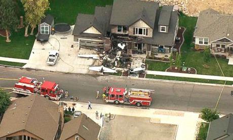 Chiếc máy bay bị thiêu rụi gần hết nằm ở sân trước ngôi nhà sáng 13/8. Ảnh: AP.