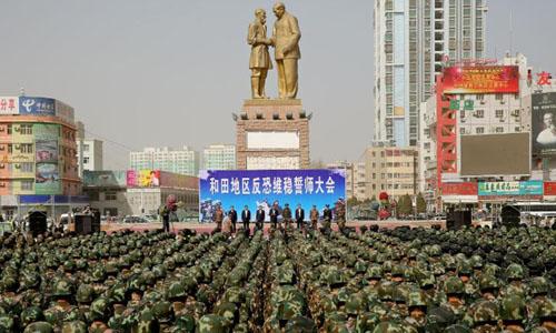 Cảnh sát chống bạo động Trung Quốc tham dự buổi mít tinh chống khủng bố tại Hetian, khu tự trị Tân Cương tháng 2/2017. Ảnh: AFP.