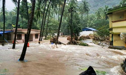 Những ngôi nhà bị ngập trong nước lũ ở huyện Thiruvananthapuram, bang Kerala hôm 9/8. Ảnh: National Herald India.