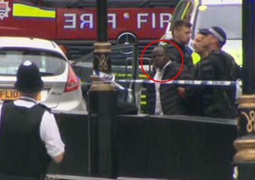 Người đàn ông lái xe (khoanh đỏ) bị cảnh sát bắt giữ. Ảnh: Sky News.