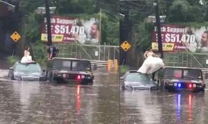 Cảnh sát Mỹ giải cứu cô dâu khỏi chiếc xe bị lũ cuốn